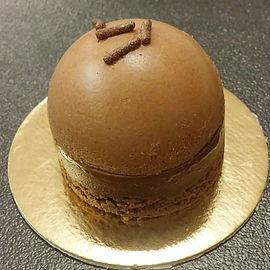 שוקולד מריר בשלושה מרקמים– מוס שוקולד מריר, שיכבת גנאש מריר על עוגת שוקולד עשירה, לא רק למכורים