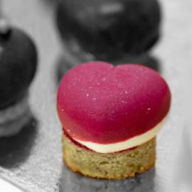 קרם תותים אדמדם וחמצמץ,מוס שוקולד לבן ותחתית עוגת פיסטוק