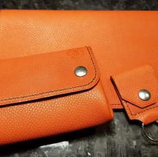 Porte monnaie, porte chèquier et porte jeton en cuir orange