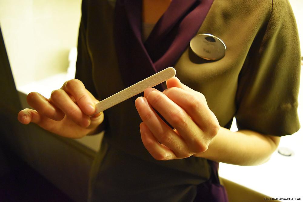 お客様の肌に触れる手。爪やすりは必需品ポーチと共に必ず持ち運び、指先のケアには常に配慮している。