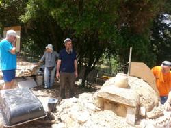 בונים טאבון מבוץ בכפר ורדים