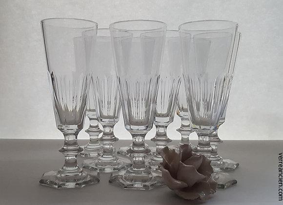 Flûtes à champagne en cristal taillé.