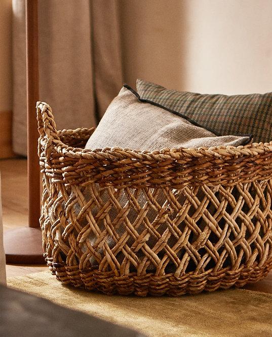 Плетеная корзина из банановых листьев