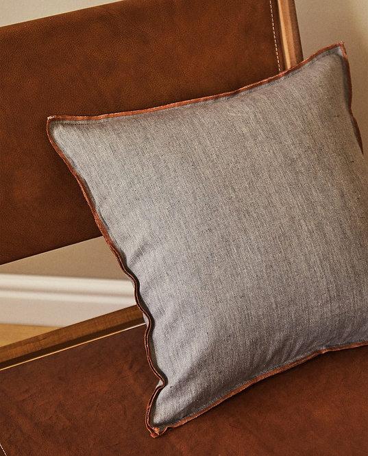 Чехол для декоративной подушки с контрастной отделкой оверлоком