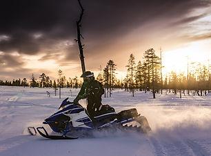 snowmobiles-2035500_1920.jpg
