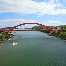 橫跨秀姑巒溪,連接靜浦與港口兩聚落的新長虹橋.jpg