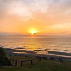 起來上個廁所,_窗簾透出黃光,_於是醒來看個日出。_#noosa海岸行館 #日出