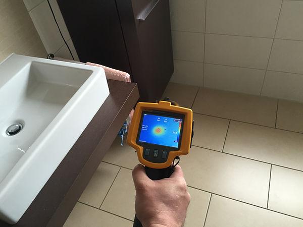 Mittels Hochspannung (Stoßwellengenerator) und einer Wärmebildkamera kann die Fehlerstelle einfach ausfindig gemacht werden.