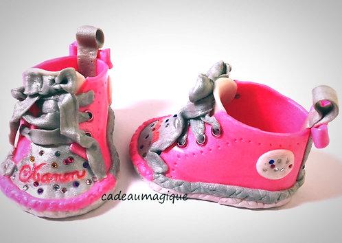 chaussures bébé fille fuchsia et gris en fimo cadeau naissance personnalise