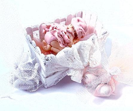 lit bébé en bois bébé fille en fimo : décoration baptême