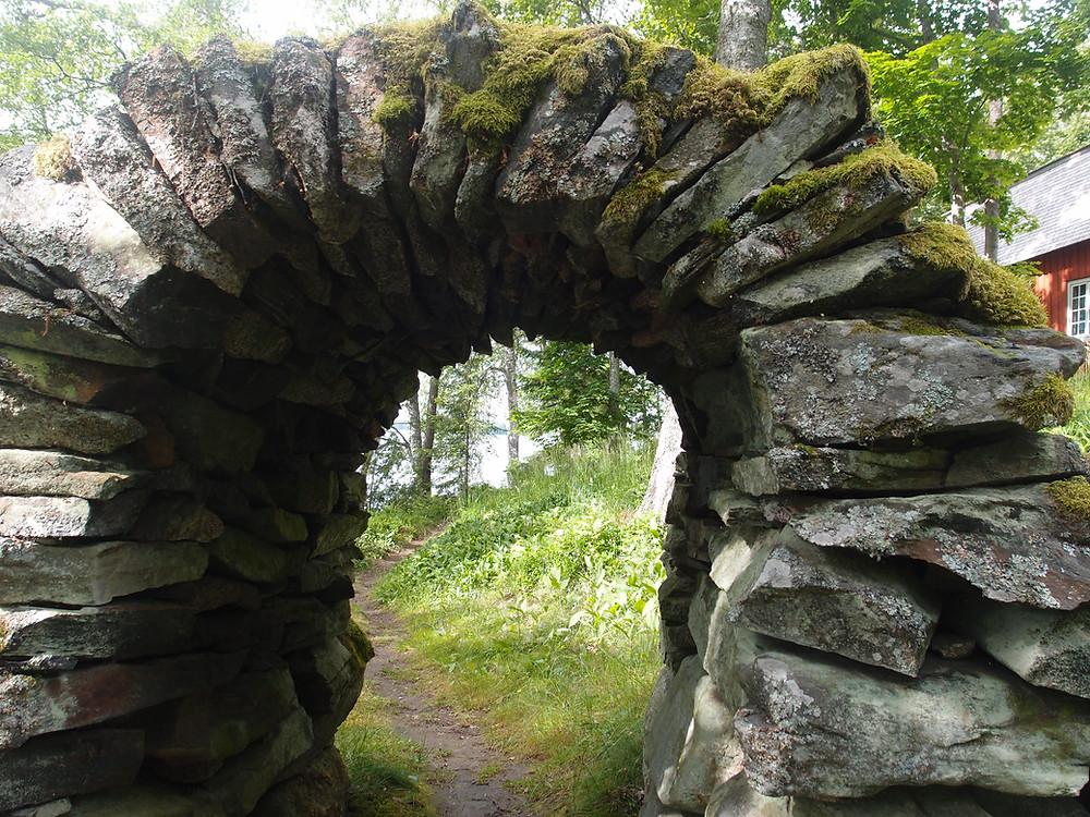 Kiviportti Urajärven kartanon puistossa on kestänyt aikaa.