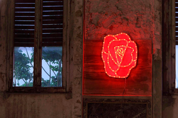 Rosa, Rosalia, legno e luminaria 100x100, mostra Incursioni, Palazzo de Seta, Palermo