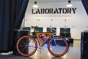 Bella vero, bicicletta personalizzata con luminaria in legno dipinta a mano, con la collaboraizone di Cannatella.