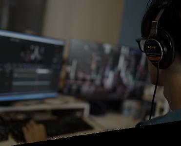 youtube企業公式チャンネルのコンサル・プロデュース・運用代行を行う映像制作会社の芸人募集ページの制作チームの編集作業風景
