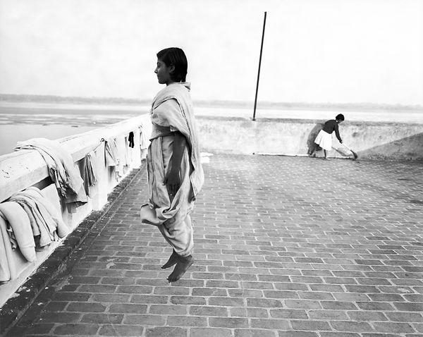 Dayanita Singh, Jumping girl, 1999