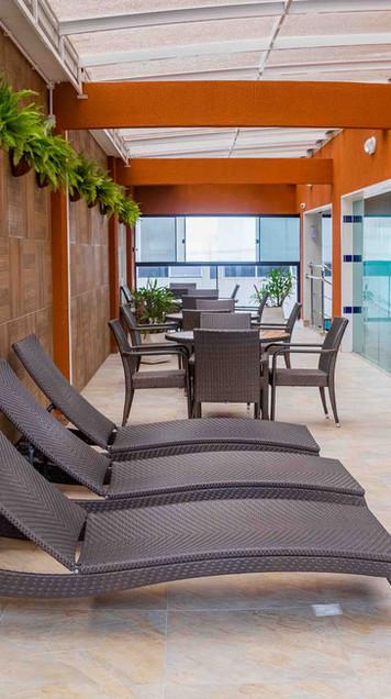 Área de descanso com piscina.