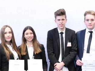 Gouverneur Ewald Nowotny gratuliert den Siegern des Wettbewerbs Generation€