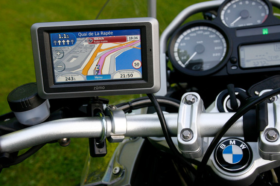 AZIMUTRIP : Comment choisir un GPS moto ?