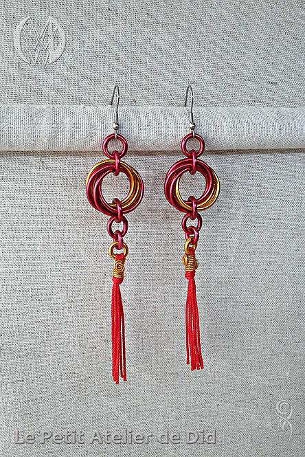 Boucles d'oreille « Houpette et Entrelacs » Rouge Soleil (Vue de face)