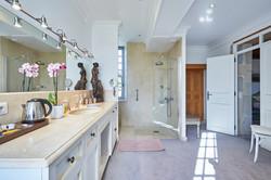 Green Suite bathroom