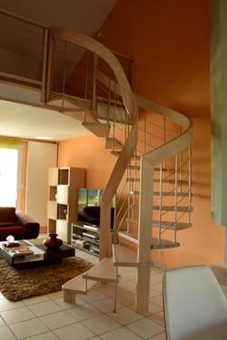 Escalier courbe hêtre lames filantes