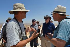 Herodionban, elöl balra Boaz Zissu, elöl jobbra Guy Stiebel, mögötte kalapban Michael O. Wise, mögötte baseball sapkában Menachem Mor