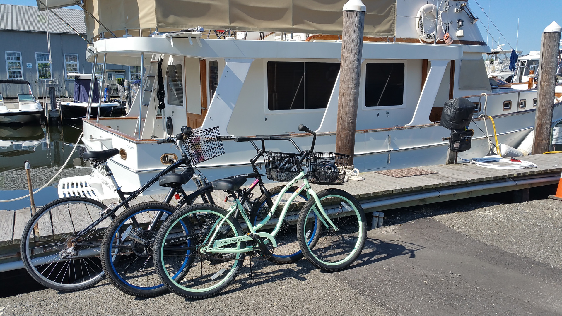 bikes at Johnson bro marina MarieRock.jp