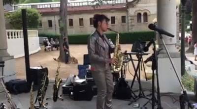 Nelly avec son instrument de prédilection le saxophone