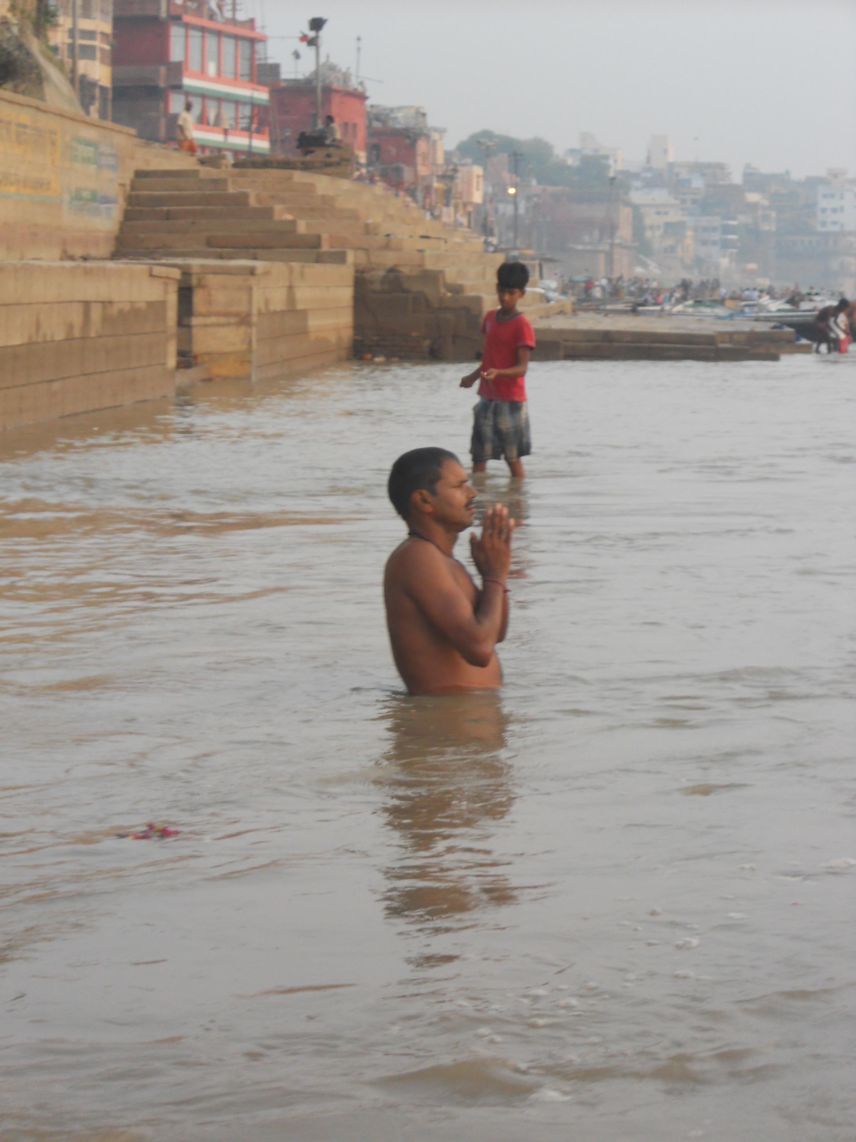 priere du matin dans le Gange