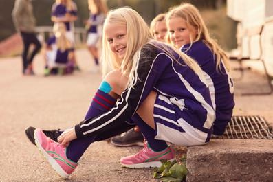 Retrato de Happy Girls atar zapatos