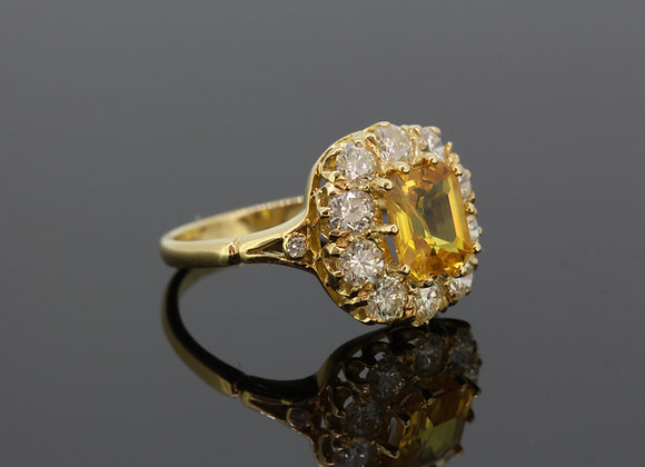 Yellow sapphire and diamond ring s2.90cts d1.35cts