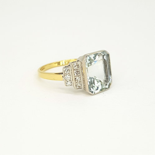 Aquamarine and diamond ring A4.0CTS D0.30CTS