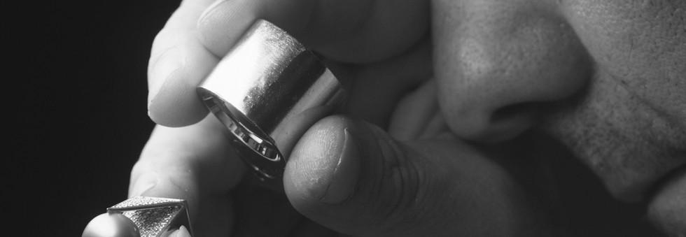 Vi anbefaler at du kontakter en autorisert taksør i Norges Gullsmedforbund for en takst på smykker av edelt metall. Det gir deg en god dokumentasjon på dine verdier ved oppstått skade.