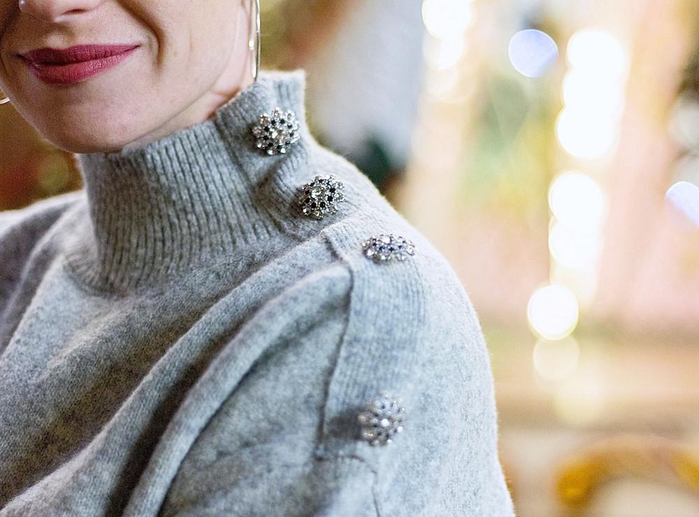 look de fêtes maille, short similicuir et cuissardes - Le Blog des Filles In