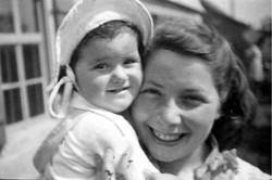 230. Edith et Monique, 1945