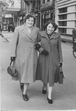 1952 with mother