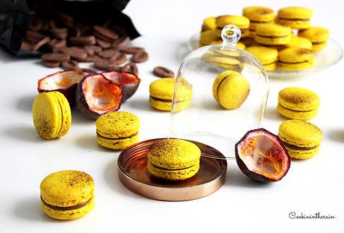 Fournée de macarons aux fruits de la passion et chocolat au lait