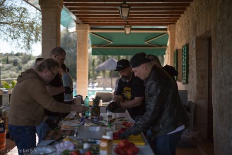 Grill-Teilnehmer beim Zubereiten auf der Finca-Terrasse