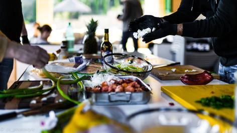 Für das anschliessende Grillen: Gewürze, Gemüse und Fleisch