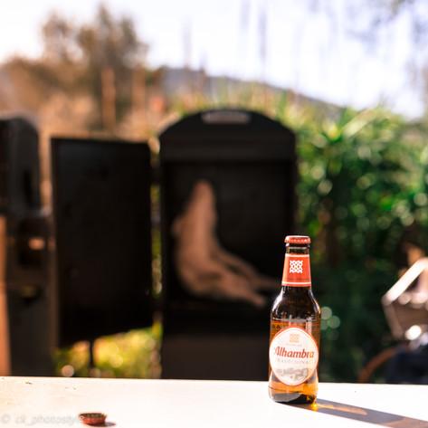 Die Symbiose: Ein kühles Bier und ein Spanferkel im Smoker