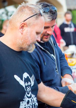 Grillmeister Stefan Kruse mit Klaus Glaetzner beim Grillen