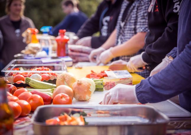 Workshop Teilnehmer beim Zubereiten von Grillgemuese in Lohmar