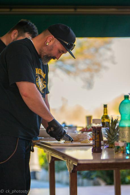 Teilnehmer beim Vorbereiten des Grillgutes