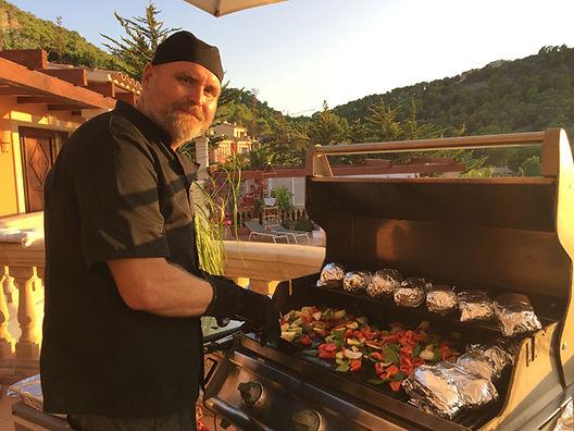 Grillmeister Stefan Kruse von der Grillschule Die Grillhütte bei Köln bereitet am Grill Foliemkartoffeln und mediterranes Grillgemüse zu - im Rahmen eines privaten Grillkurses.