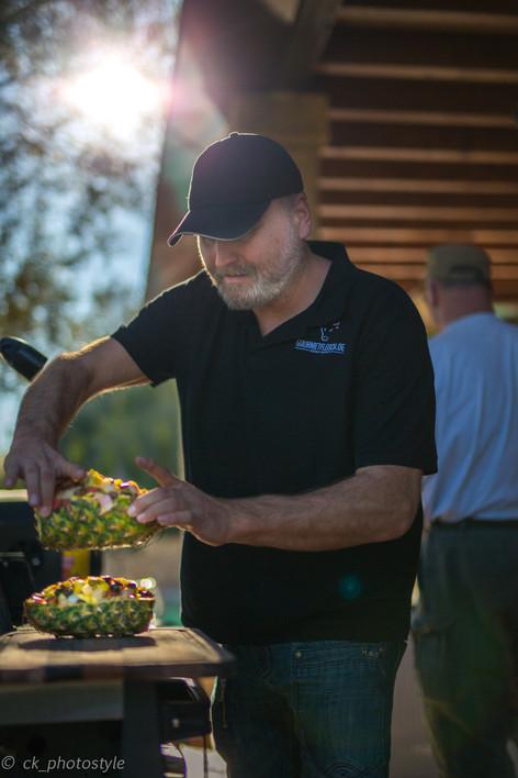 Grillmeister Stefan Kruse zeigt die Zubereitung der gegrillten Meersfrüchte-Ananas