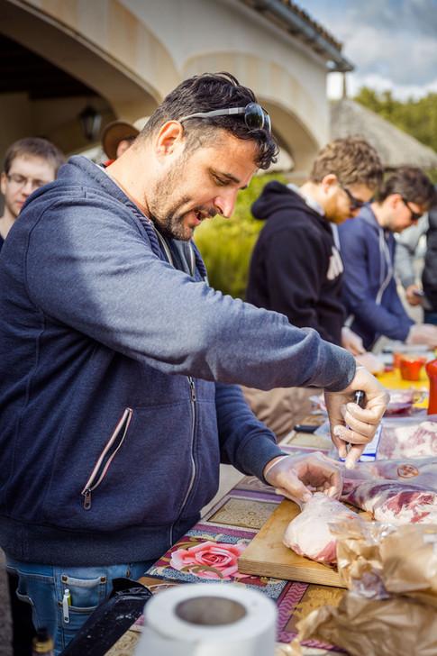 Klaus Glaetzner beim Fleisch parieren - Mallorca Grillen 2017
