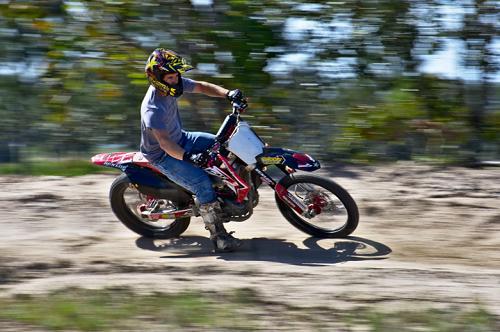 Mann auf fahrendem Motorrad