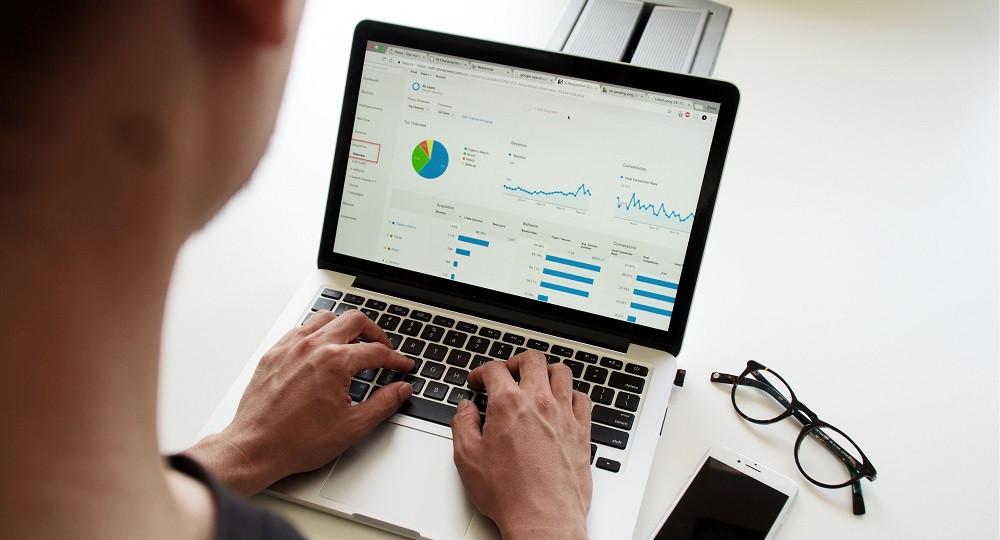PC Bildschirm mit Daten-Diagrammen.