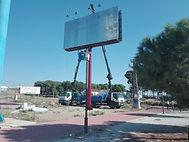 Grúas Jerezo servicio de grúa con cesta para vayas publicitarias.