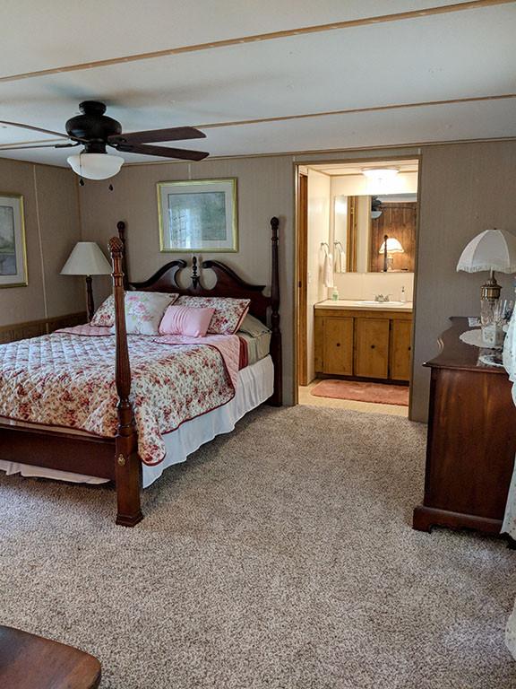 Master bedroom with queen bed.jpg